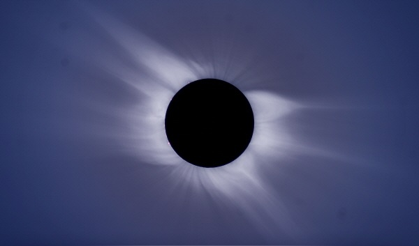 Fig. 1. Solar corona observed at total eclipse occurred on March 29, 2006.(출처: 한국천문연구원 제공)