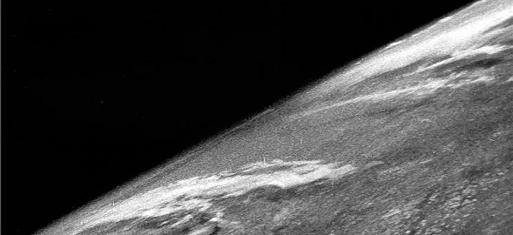 우주에서 찍은 최조의 지구 사진(출처: https://cosmosmagazine.com/space/the-first-photograph-of-earth-taken-from-space/ - The first photograph of Earth from space, taken on 24 October 1946. Credit: White Sands Missile Range / Applied Physics Laboratory)